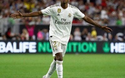 Rodrygo marca golaço de falta na estreia pelo Real Madrid