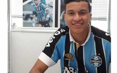 Volante Caique renova contrato com o Grêmio