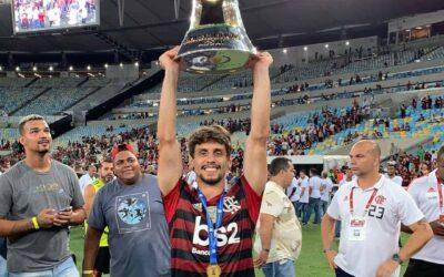 Mais um título! Rodrigo Caio levanta taça do Campeonato Brasileiro