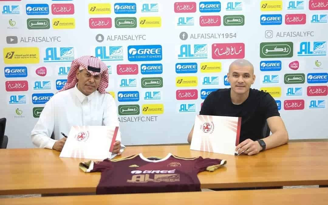 Raphael Silva renova contrato com o Al Faisaly